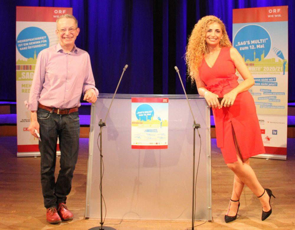 Juror Daniel Landau und ORF-Moderatorin Eser Akbaba neben dem Redepult. Beide hatten an diesem Tag Geburtstag
