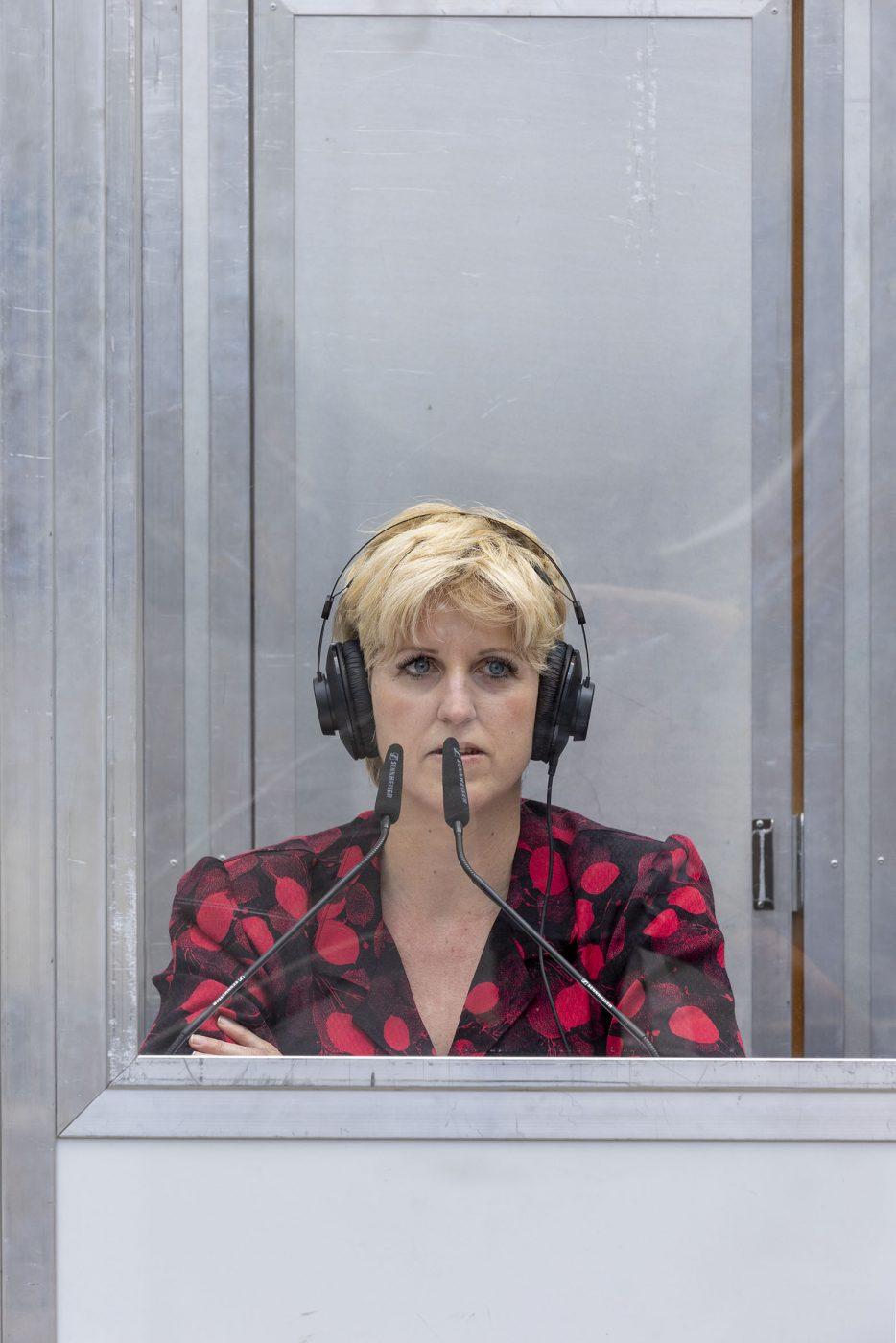 Künstlerin Barbara Ungepflegt in einer Dolmetsch-Kabine am Grazer Tummelplatz