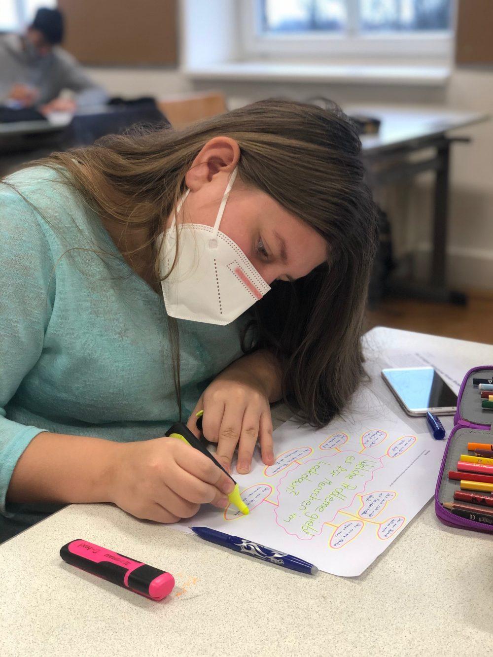 Jugendliche schreibt in der Klasse