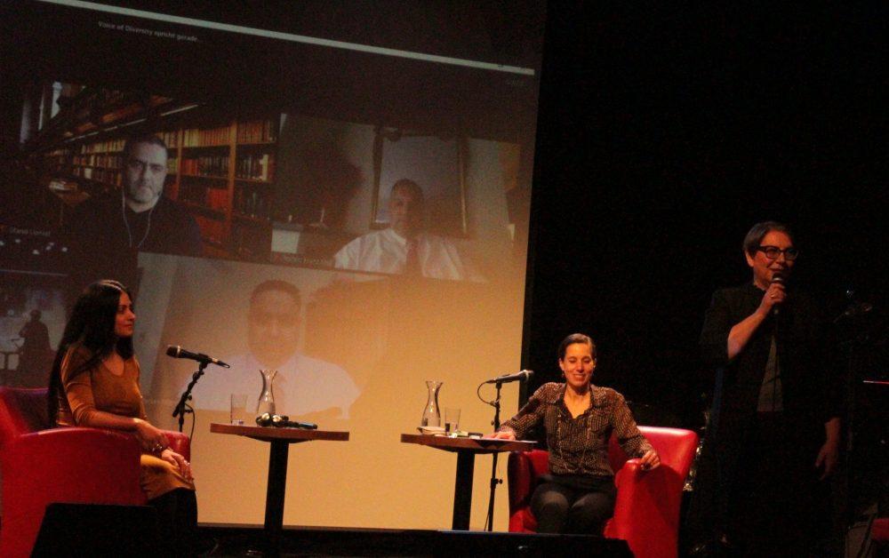Frau Marion Dworczack vom Verein Voice of Diversity (Stimme der Vielfalt) begrüßt auf der Bühne
