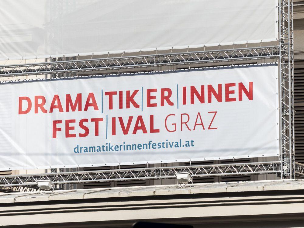 Festival-Banner auf dem Schauspielhaus Graz