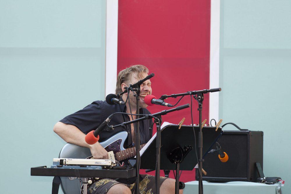 Ein musizierender Schauspieler und ein Musiker interpretieren Texte fürs Festival