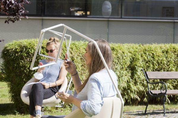"""2 Frauen sitzen auf Stühlen, vor sich leere Bilderrahmen - eine der Stationen von """"Dramawalks zu Erzählstühlen"""" rund um das Grazer Theater am Ortweinplatz"""