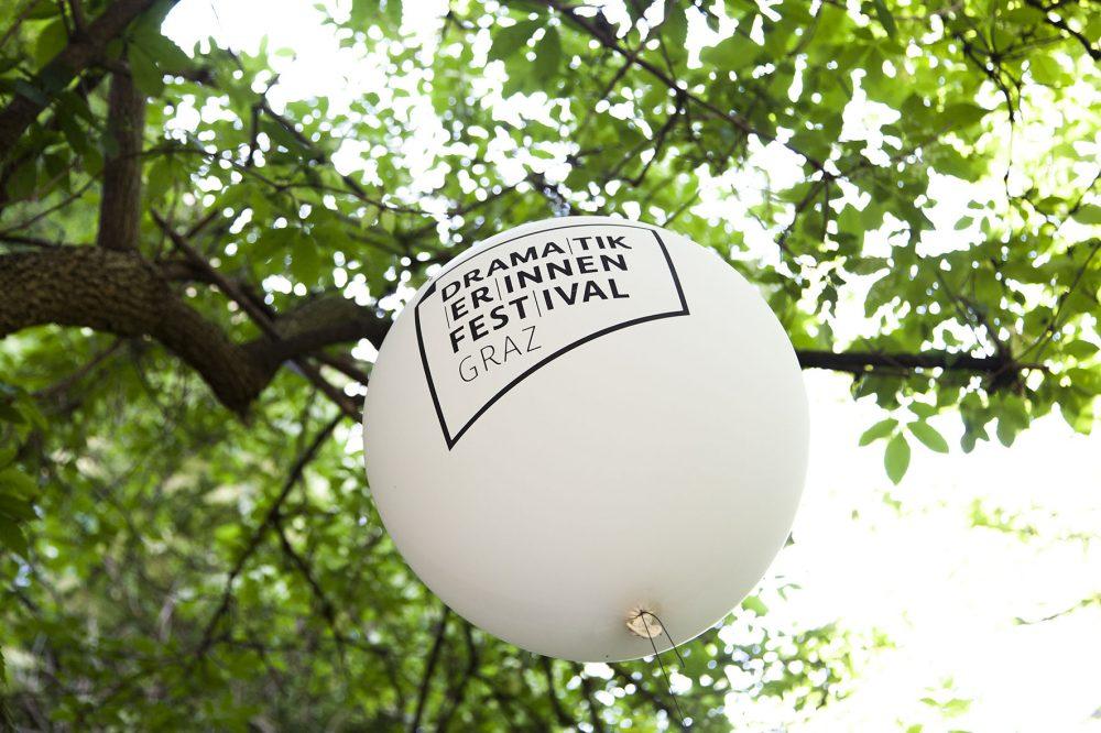Großer weißer Ballon mit der Aufschrift DramatikerInnenFestival