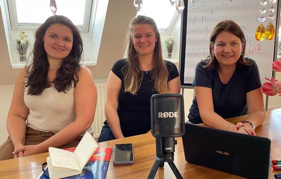 Die drei Lehrerinnnen Anna Fröstl, Verena Karner, Birgit Scharitzer-Aubell mit Mikrophon, Handy, Laptop und Notizheft