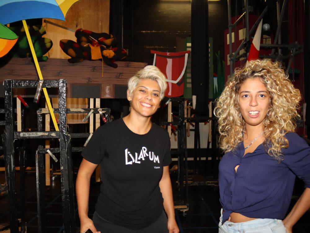 Rasha Ahmad und Sadekka Shrekka mit Kulissenteilen hinter der Bühne