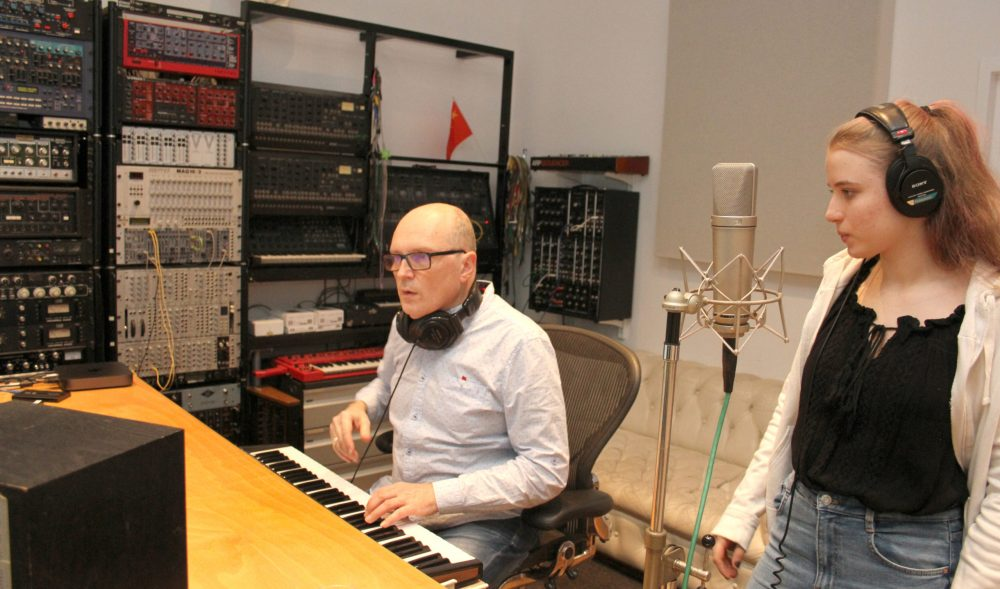 Georg Luksch an den Reglern und Tasten im Tonstudio