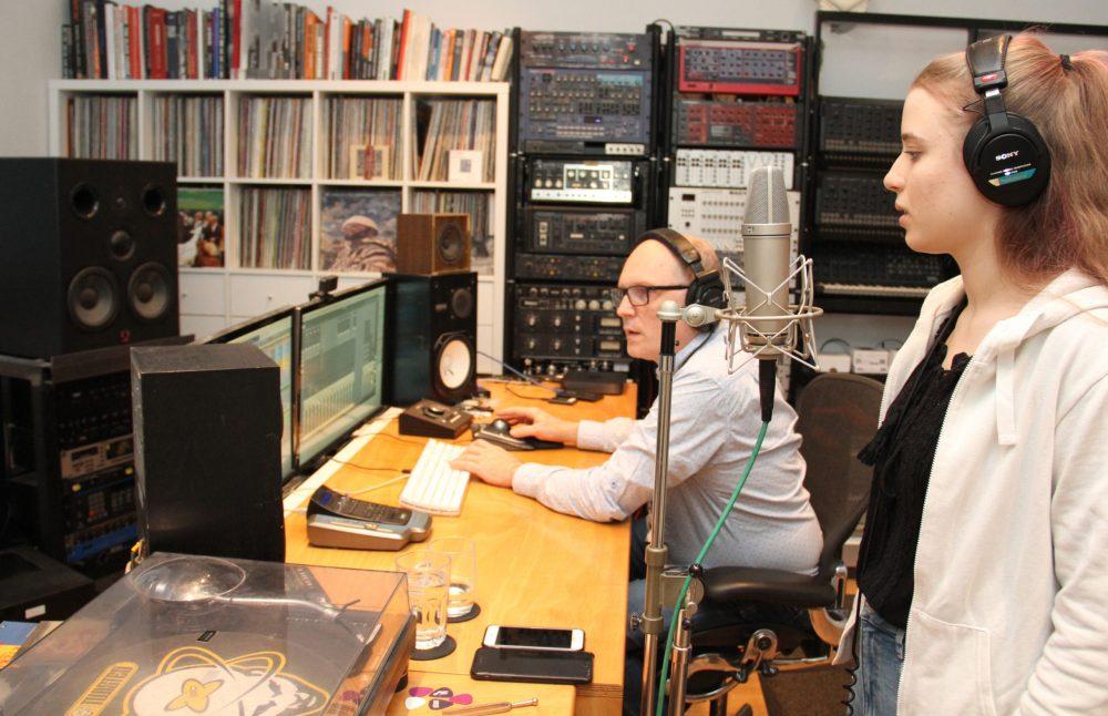 Mann an den Reglern im Tonstudio