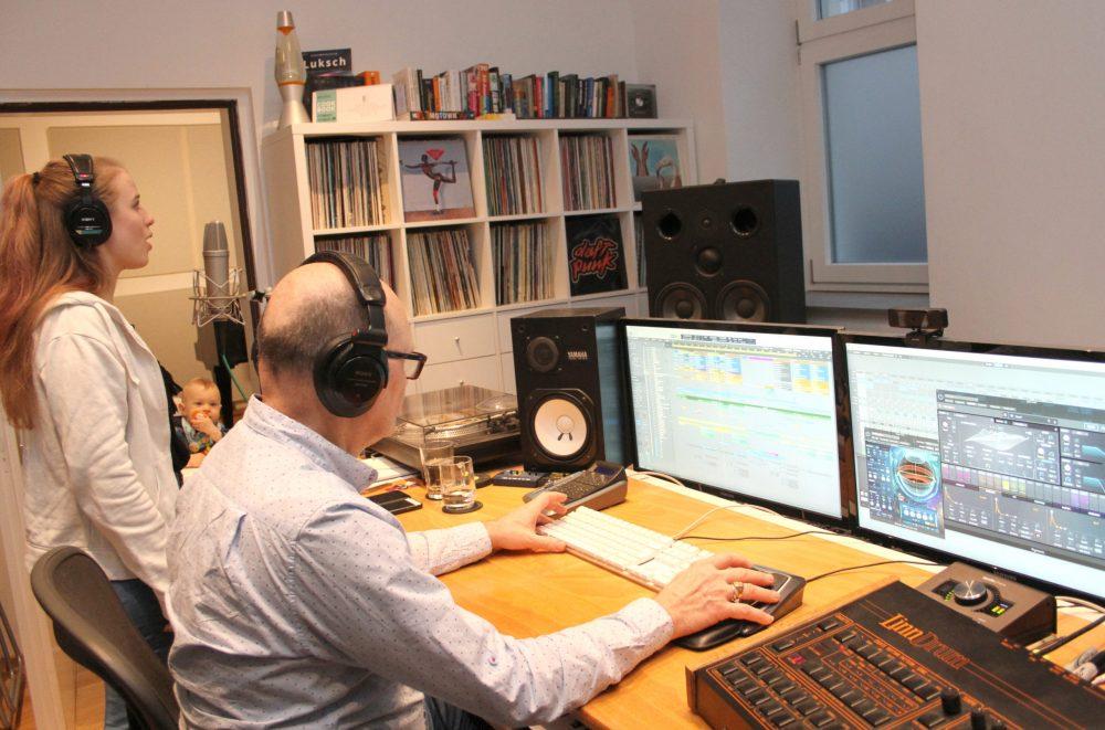 Sängerin und Produzent im Tonstudio