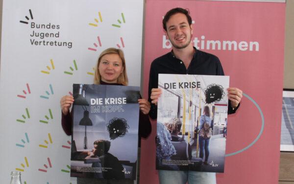 """Fiona Herzog und Julian Christian aus dem BJV-Vorsitzteam mit Plakaten zu """"Krise im Kopf"""""""