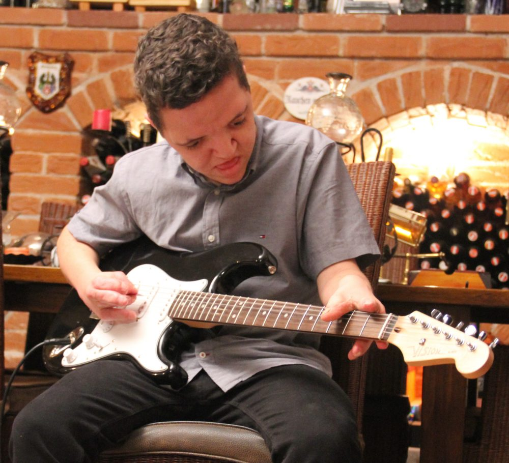 Jugendlicher spielt E-Gitarre