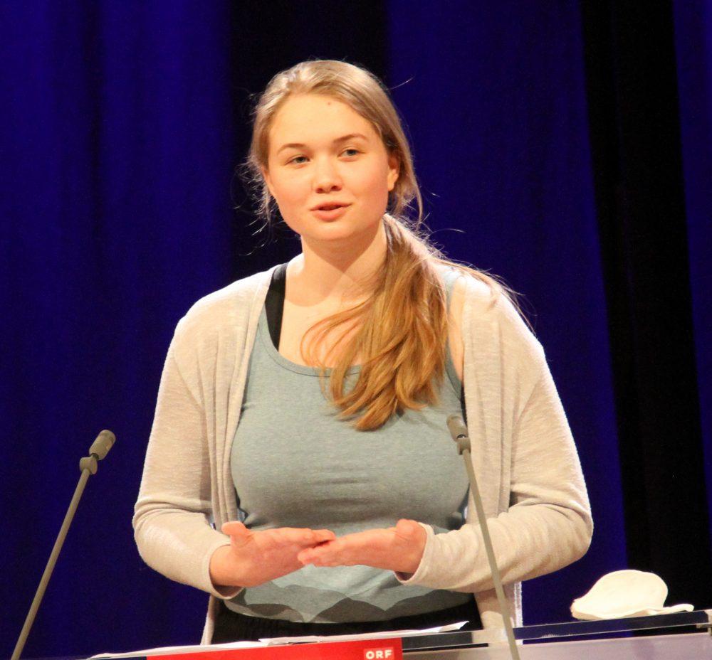 Jugendliche am Redepult: Elisabeth Szucsich