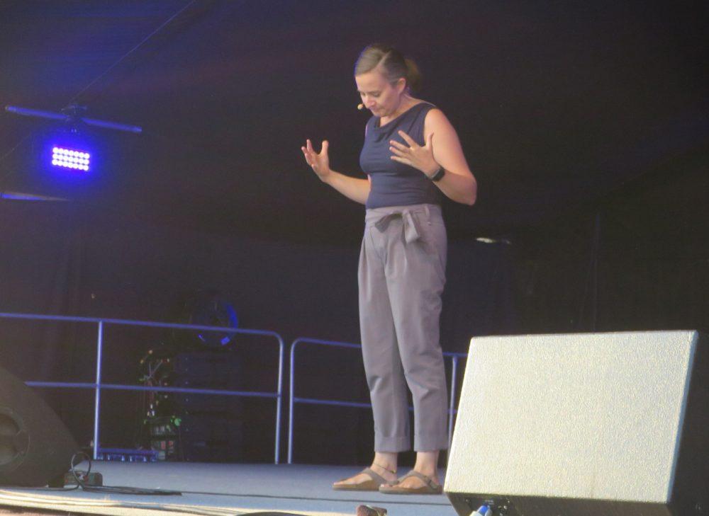 Kabarettistin Elli Bauer auf der Bühne im Schwechater Felmayergarten