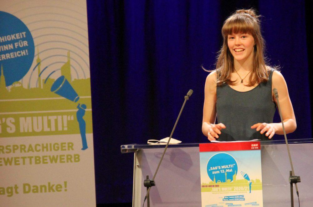 Jugendliche am Redepult: Elli Maria Deutsch