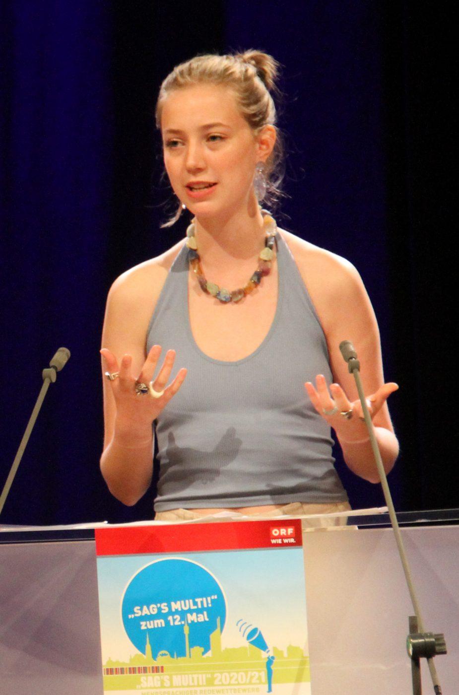 Jugendliche am Redepult: emilie Kutzenberger