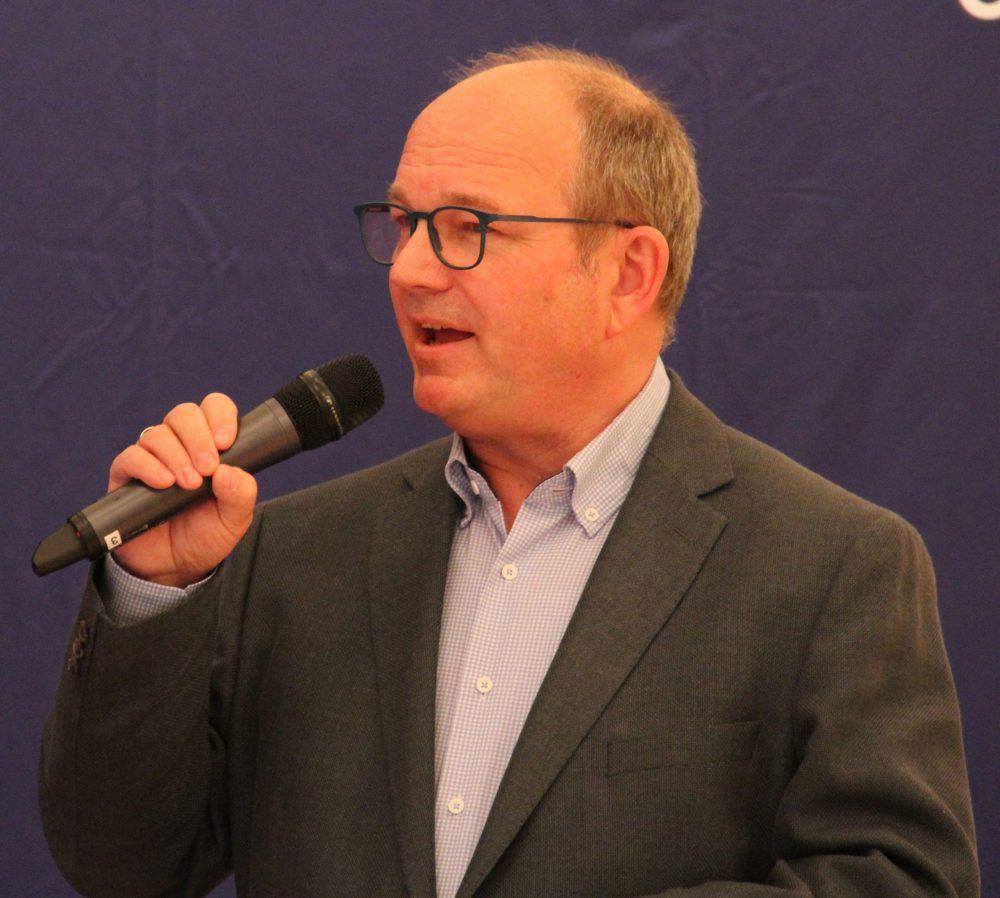 ORF-Moderatorin Eser Akbaba interviewt Jury-Vorsitzenden Peter Wesely