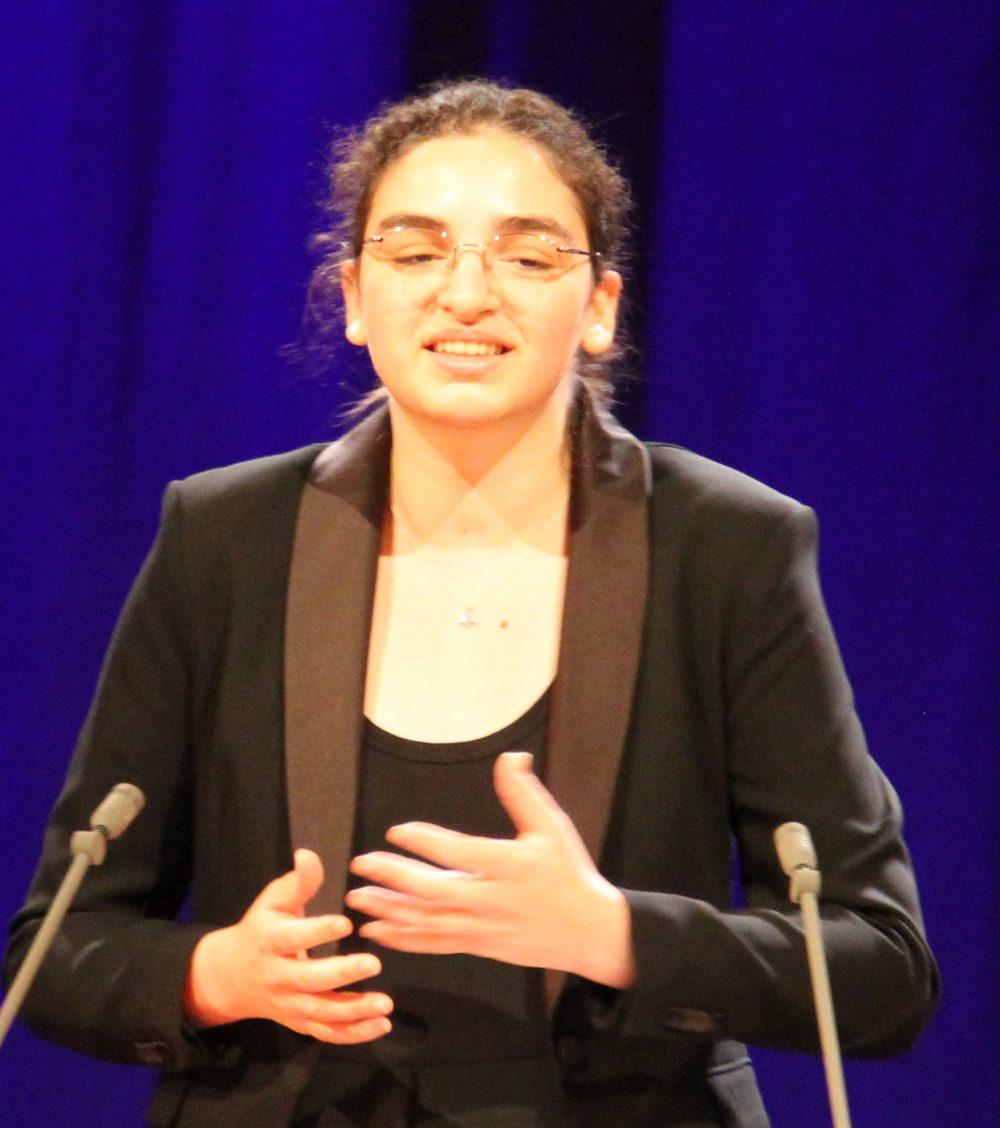 Jugendliche am Redepult: Ester Györi