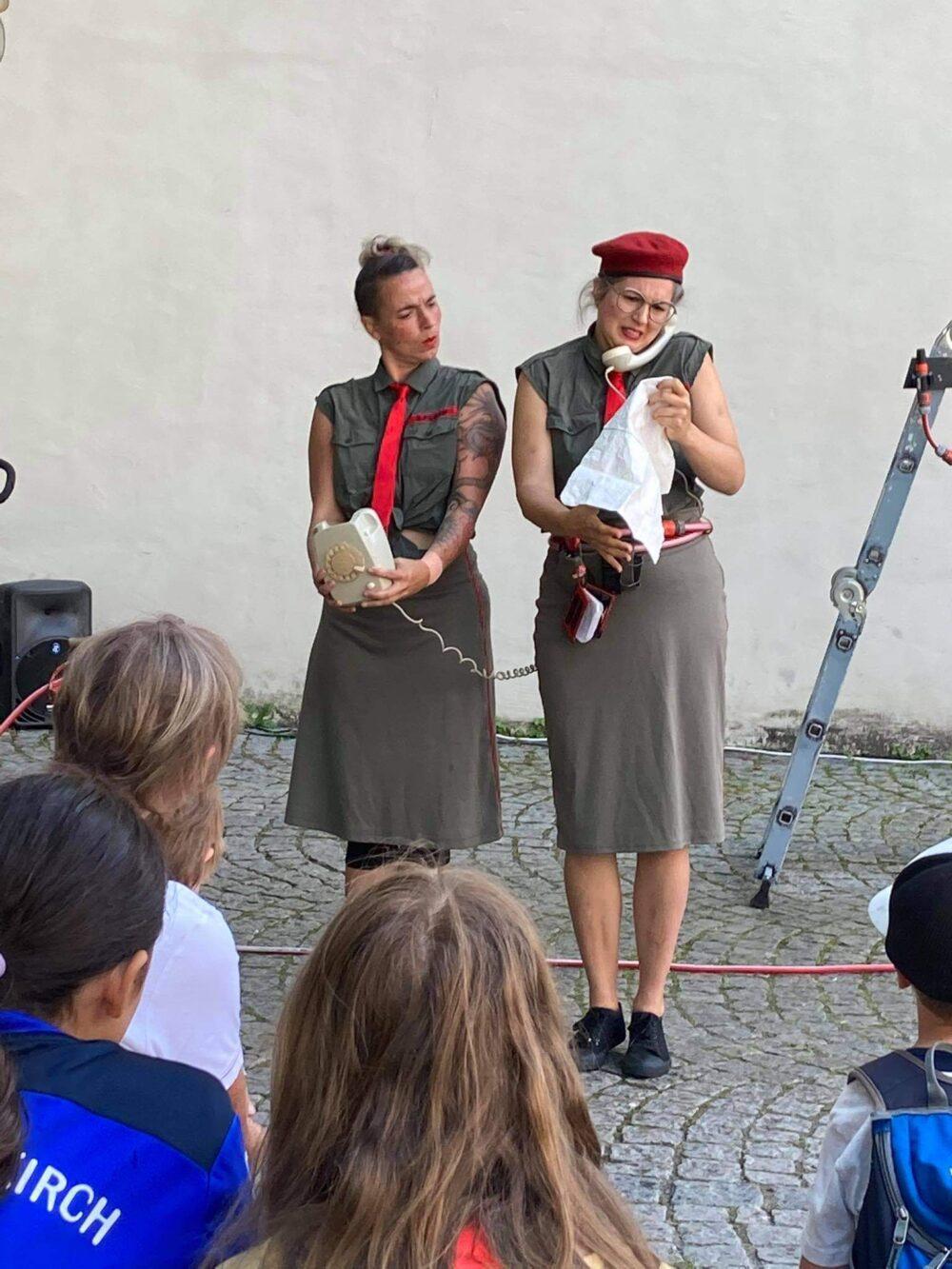 Auftritt der beiden Feuerwehrfrauen in