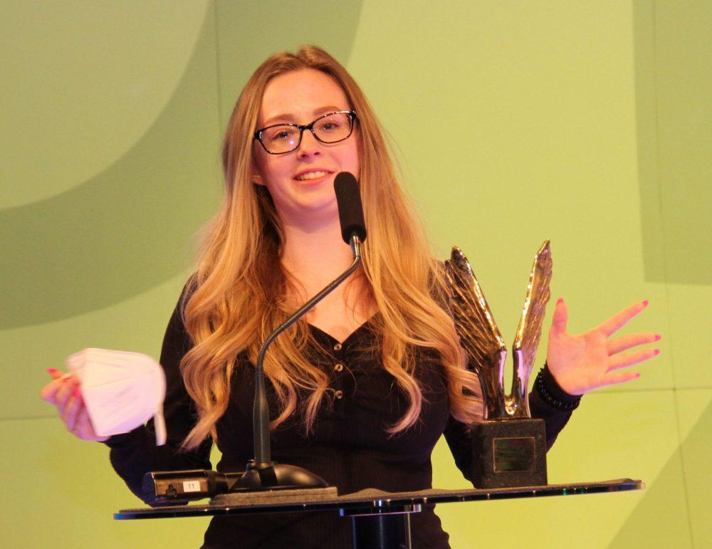 Lisa Hinterbuchinger mit dem Merkur fürs beste Wirtschafts-Projekt