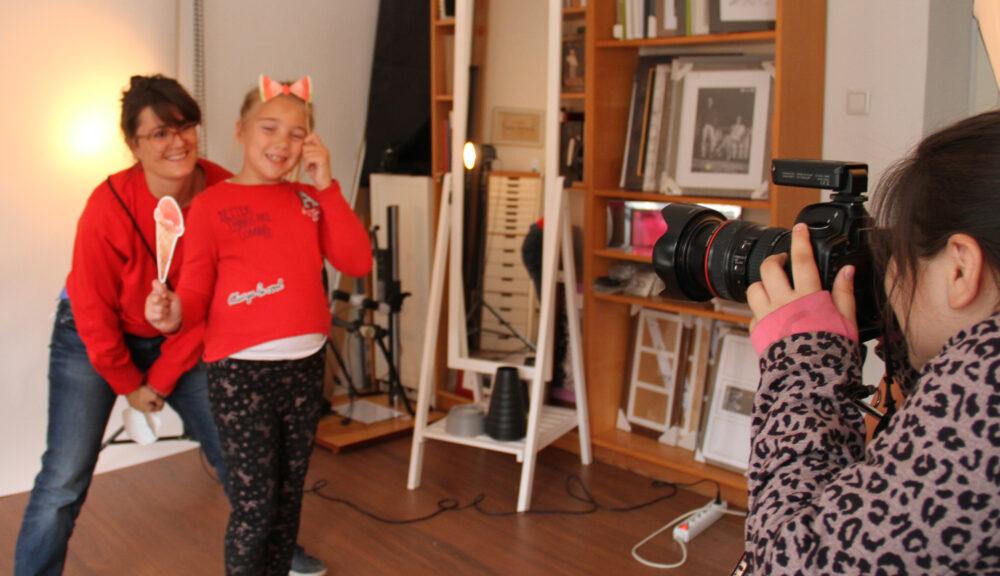 Kinder fotografieren, andere lassen sich fotografieren