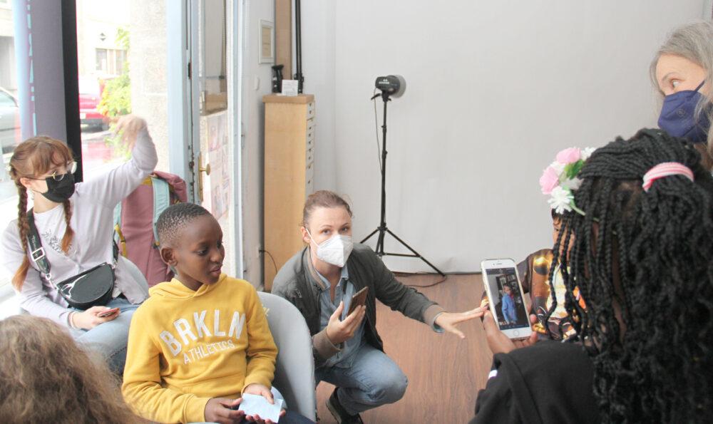 Kinder stellen einer Fotografin Fragen