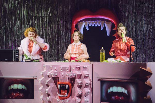 """Szenenfoto aus """"Fressen"""" im Theater Phönix in Linz"""