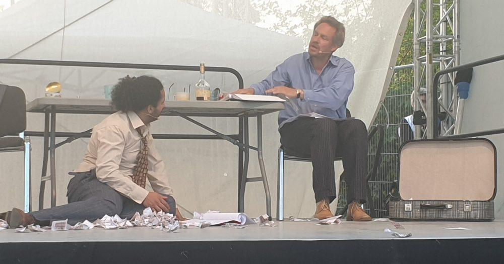 Zei Männer auf der Bühne - Szenenfoto aus der Lesung