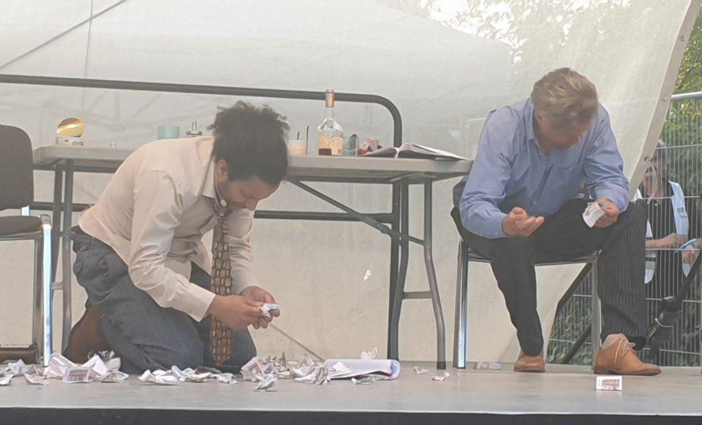 Zwei Schauspielr auf der Bühne - Szenenfoto aus