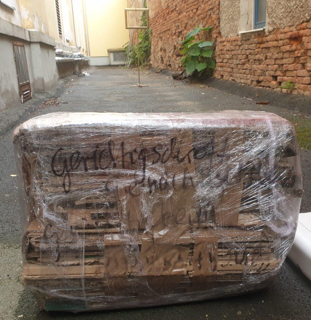 Plastikverpackung für einen Sitzblock mit Aufschrift