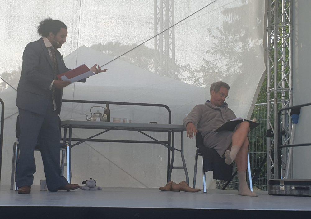 """Zwei Männer auf der Bühne - Szenenfoto aus der Lesung """"Emigranten"""": Jihad Alkhatib, Stephan von der Deken"""