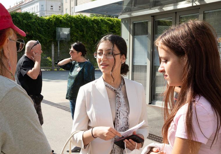 Journalist im Gespräch mit Mayar Dawoud und Jasmin Weinmüller