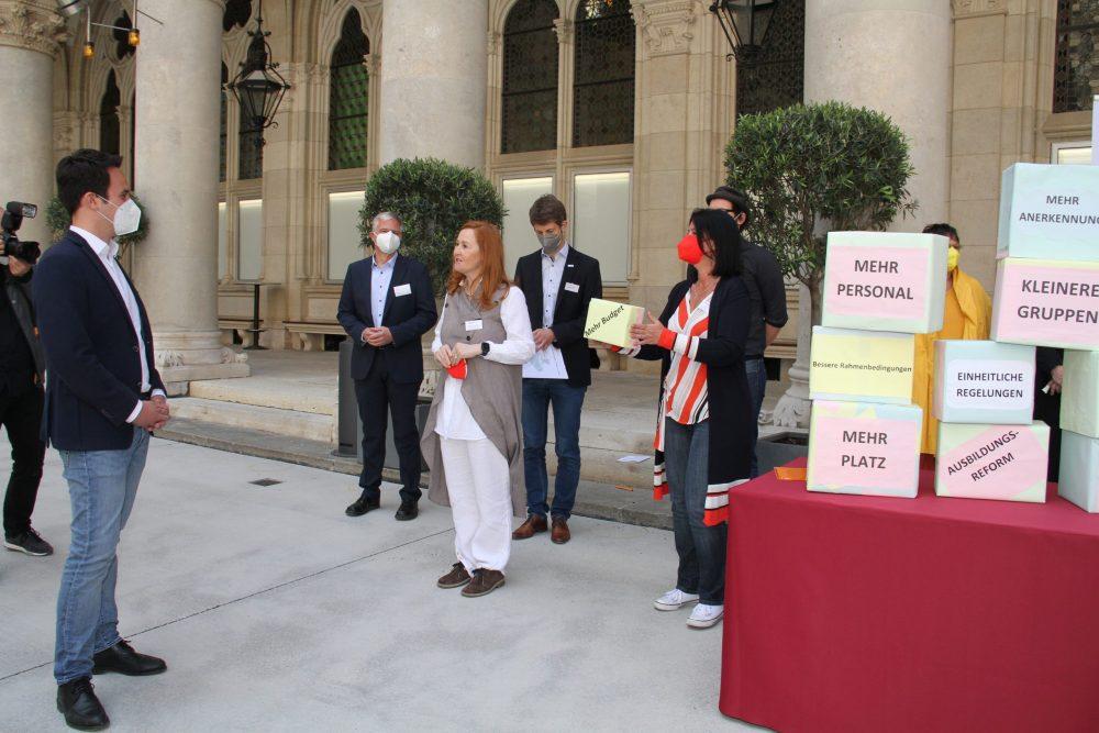 Gruppen mit Forderungsschachteln und Vizebürgermeister