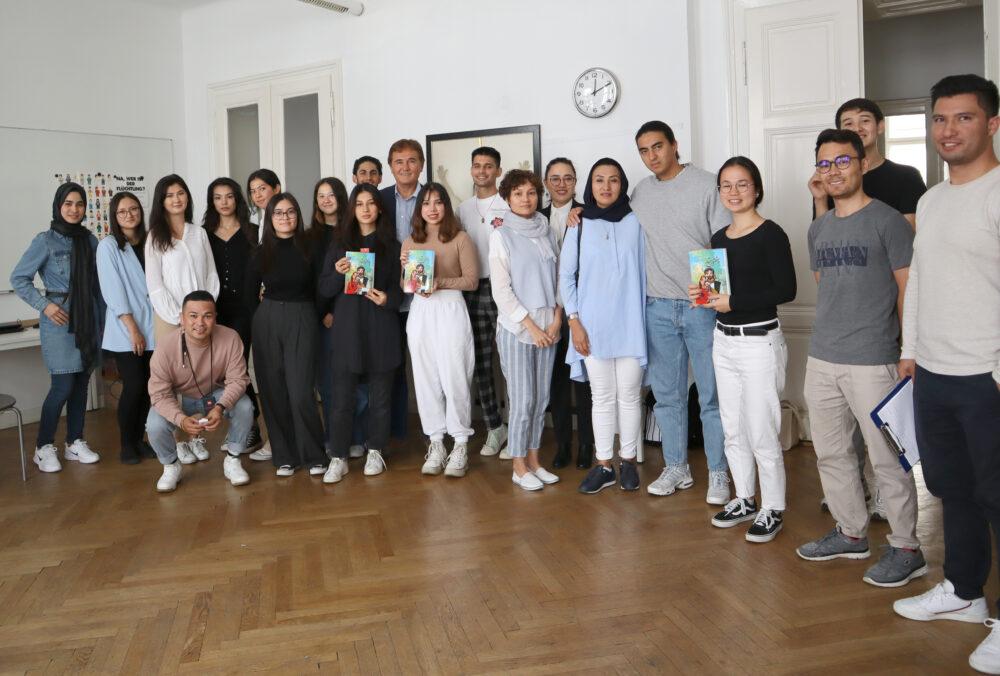 Gruppenfoto der Teilnehmer:innen mit dem Autor