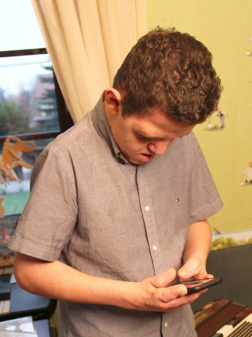 Jugendlicher tippt am Handy