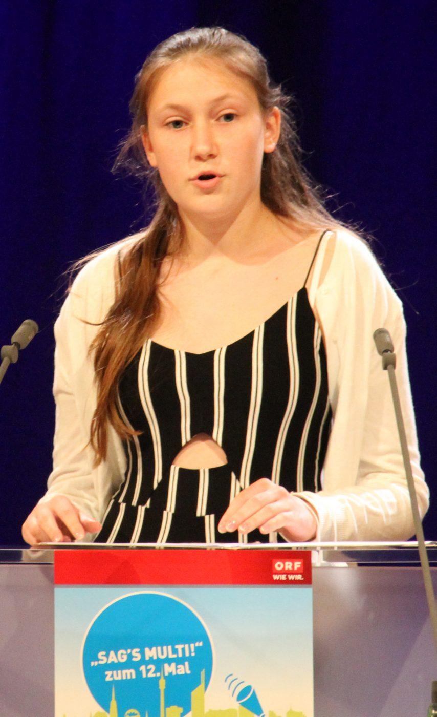 Jugendliche am Redepult: Helena Cernajsek