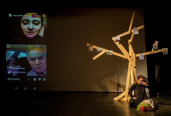"""Szene aus """"Only Part"""" von und mit Shahrzad Nazarpour: Die Performerin spricht mit Verwandten und Freund*innen im Iran via Social Media."""