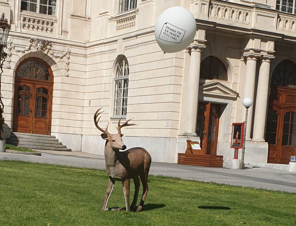 Großer Kunststoff-Hirsch zwischen Grazer Oper und Next Liberty