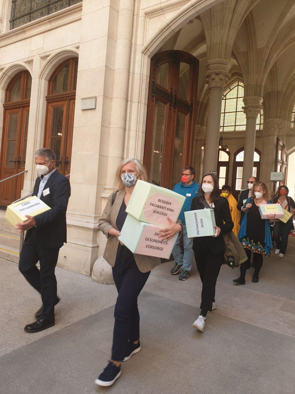 Menschen tragen die Karton-