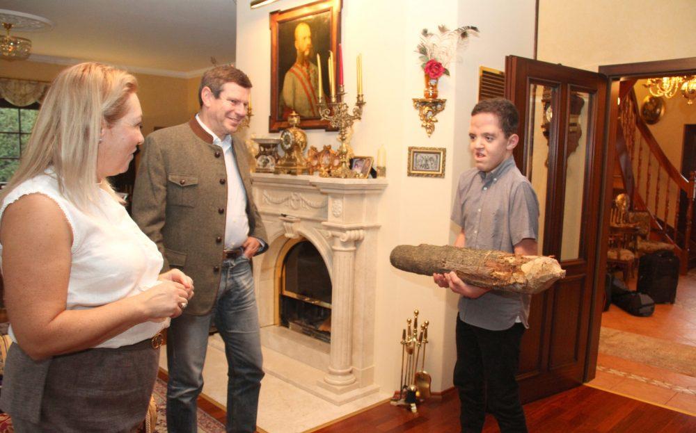Jugendlicher kommt mit großem Holzpflock