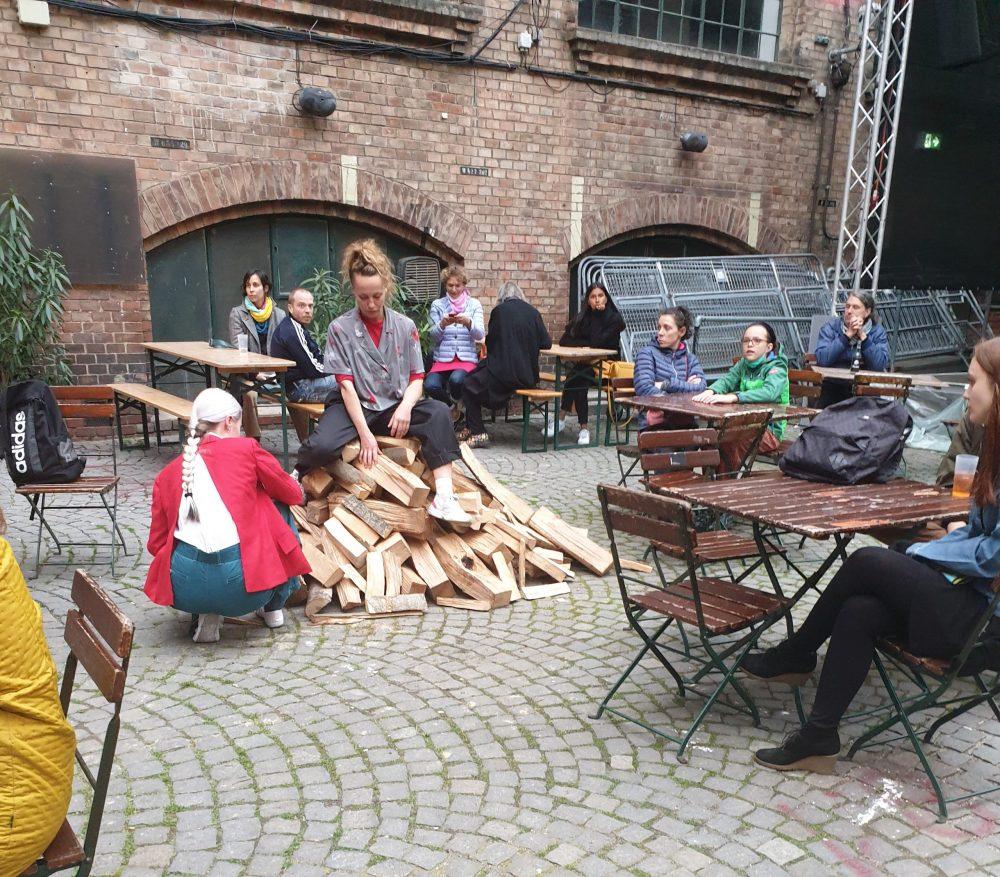 Holzscheite im Hof des Werkstätten- und Kulturhauses (WuK)