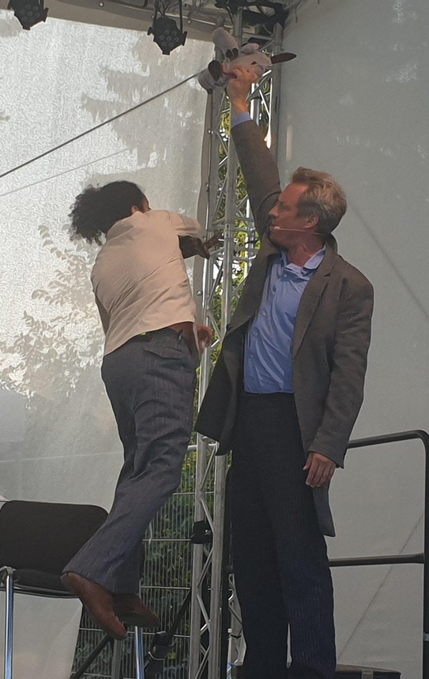 Zwei Männer auf der Bühne - Szenenfoto aus der Lesung