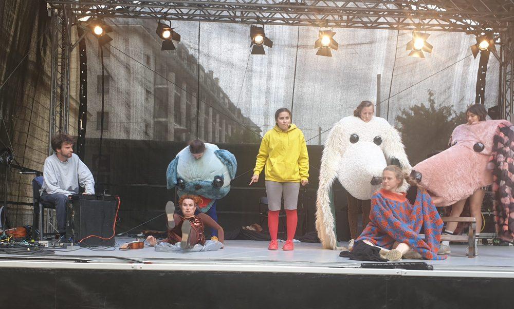 """Szenenfoto aus """"Am Platz"""" vom taO! Graz beim Kultursommer in der Wiener Muthsamgasse"""