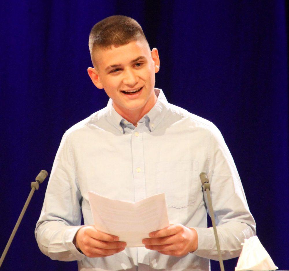 Jugendlicher am Redepult: Igor Vlastić