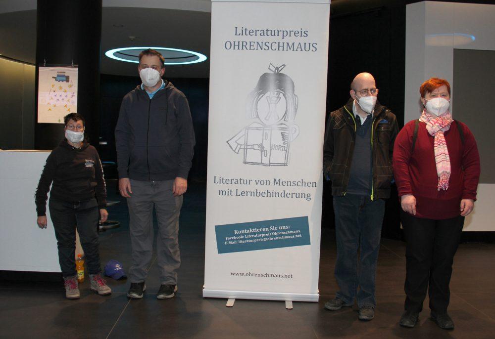 Vier Literat:innen: Sylvia Hochmüller, Michael Wilhelm (links vom Plakat