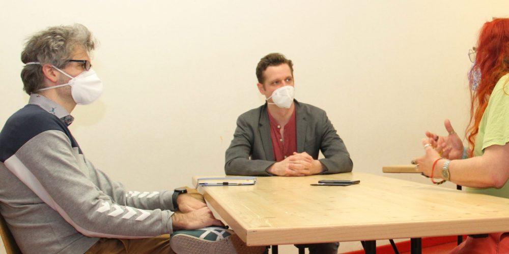 Das Autorenduo Clemens Pötsch und Felix Metzner werden an einem Tisch von Heinz Wagner interviewt