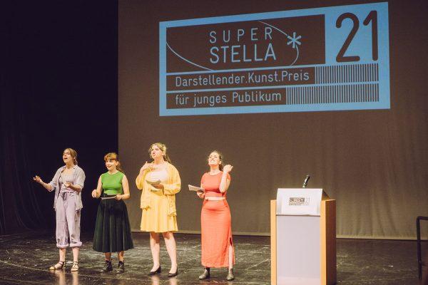Jugendliche moderierten die Stella-Preisverleihung in den Linzer Kammerspielen