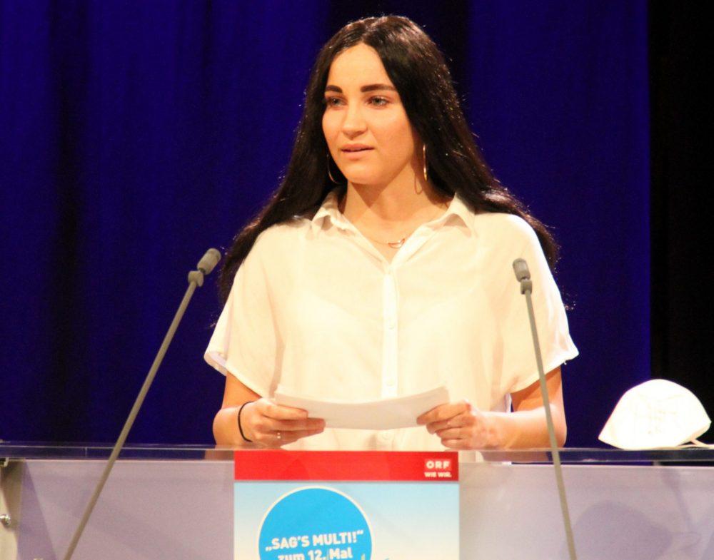 Jugendliche am Redepult: Julia helmer