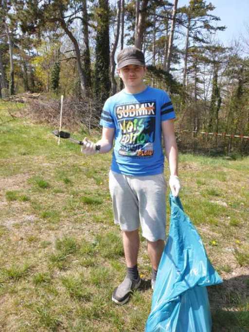 Bursch mit Müllsack