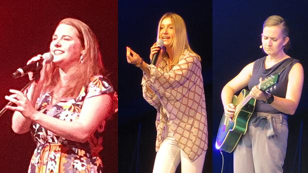 Kabarettistinnen Isabel Meili, Malarina und Elli Bauer (mit Gitarre) auf der Bühne im Schwechater Felmayergarten