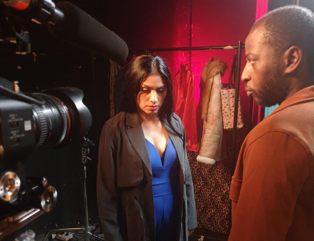 Schauspiel-Duo, das streitendes Ehepaar spielt und die Kamera